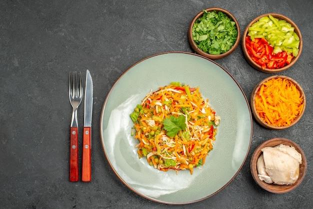 灰色の健康サラダ食品ダイエットの成分とトップビュー野菜サラダ