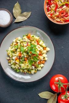 후추 샐러드와 토마토를 곁들인 평면도 야채 샐러드 어두운 배경 식사 다이어트 컬러 음식 건강 빵 수평 요리