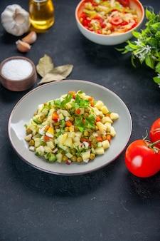 후추 샐러드와 토마토를 곁들인 상위 뷰 야채 샐러드 어두운 배경 식사 다이어트 컬러 음식 건강 점심 빵 요리