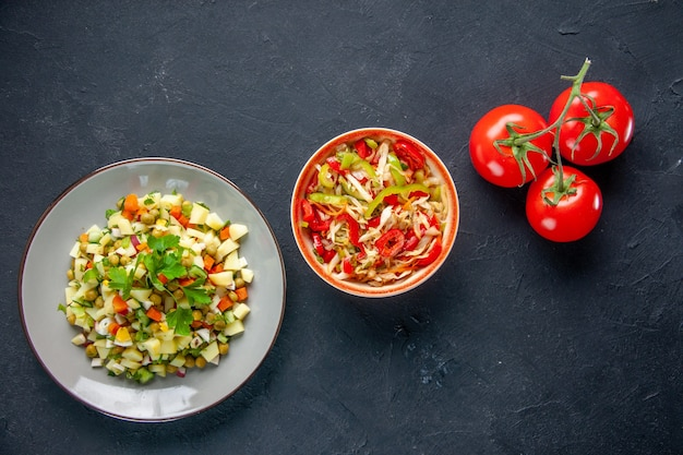후추 샐러드와 토마토를 곁들인 평면도 야채 샐러드 어두운 배경 식사 다이어트 컬러 음식 건강 점심 빵 수평 요리