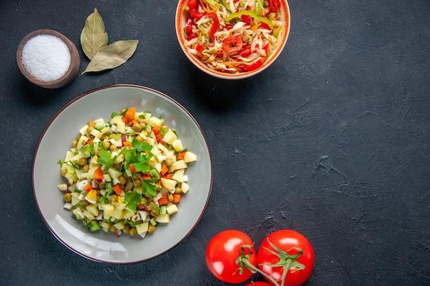 후추 샐러드와 토마토를 곁들인 평면도 야채 샐러드 어두운 배경 식사 다이어트 컬러 음식 건강 점심 수평 요리