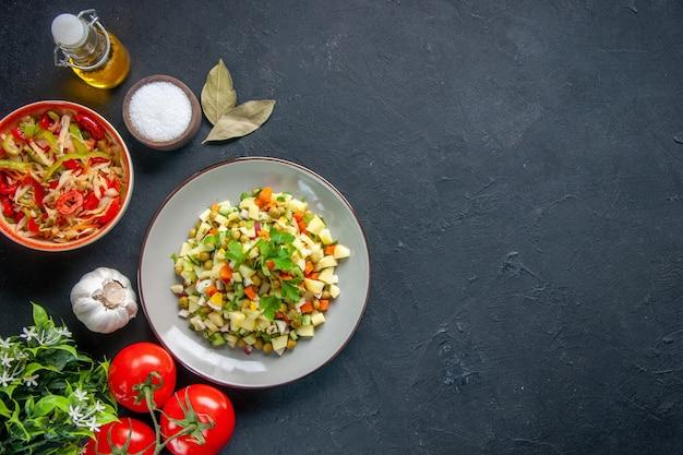 고추 샐러드와 토마토 어두운 배경 식사 다이어트 식품 건강 수평 요리 빵 점심 색상과 상위 뷰 야채 샐러드