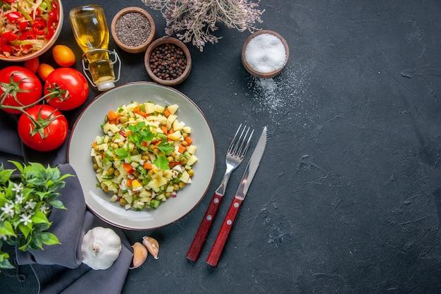 어두운 배경에 빨간 토마토와 조미료를 곁들인 상위 뷰 야채 샐러드 다이어트 수평 점심 식사 빵 음식 요리 건강 여유 공간