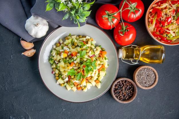 어두운 배경에 빨간 토마토와 조미료를 곁들인 상위 뷰 야채 샐러드 다이어트 수평 점심 식사 빵 음식 요리 건강