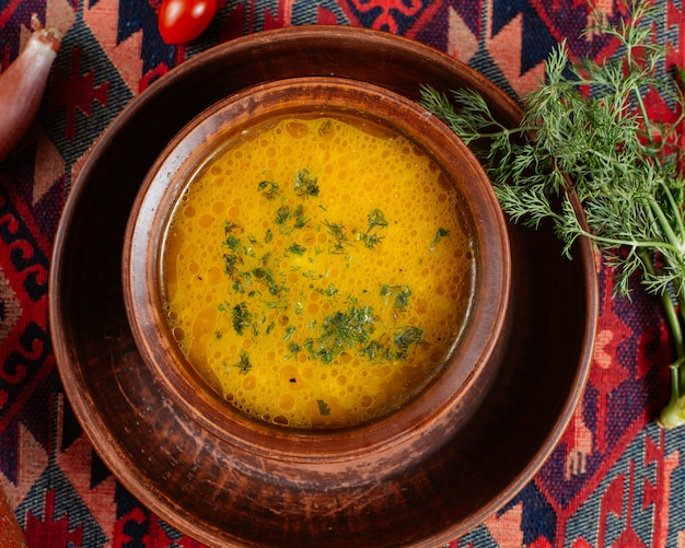 ディルを添えてトップビュー野菜スープ