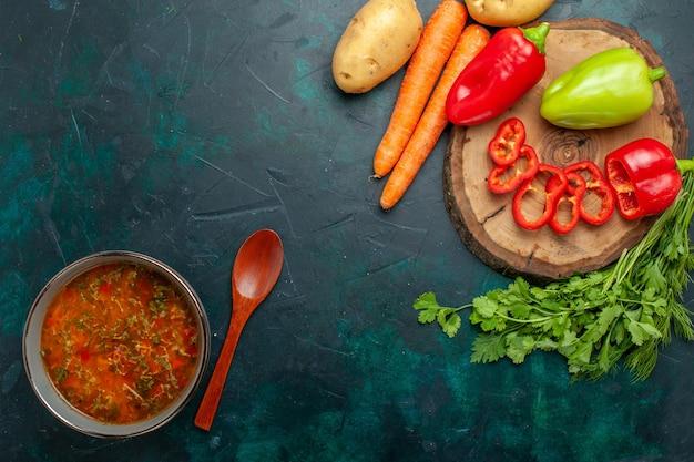 濃い緑色の背景に新鮮な野菜を使った上面図野菜スープ成分スープ食事食品野菜