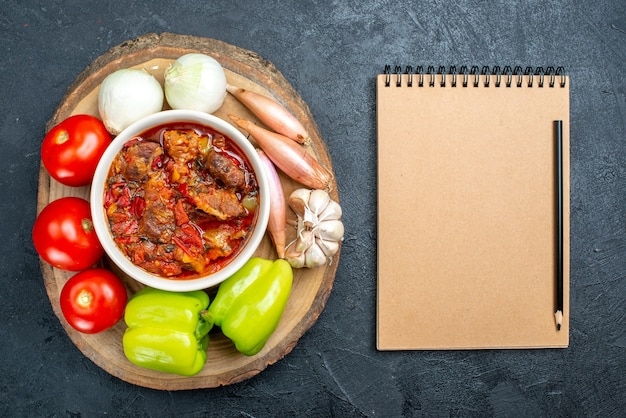 灰色の新鮮な野菜とトップビュー野菜スープ