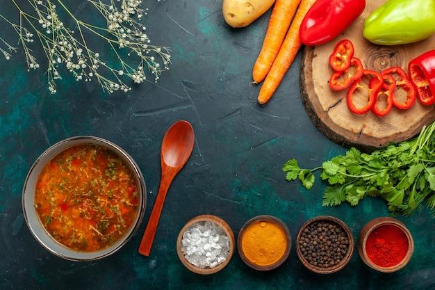 Zuppa di verdure vista dall'alto con verdure fresche e condimenti su verdura di cibo pasto pasto zuppa ingrediente superficie verde scuro