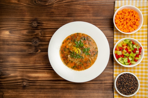 テーブルの上の肉と緑のトップビュー野菜スープ野菜ミールフードスープ