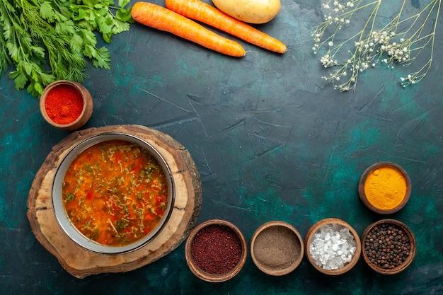Zuppa di verdure vista dall'alto con condimenti su sfondo verde scuro ingrediente zuppa pasto cibo vegetale