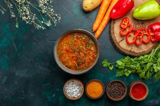 Vista dall'alto di zuppa di verdure con verdure e condimenti su una superficie verde scuro ingrediente zuppa pasto cibo vegetale