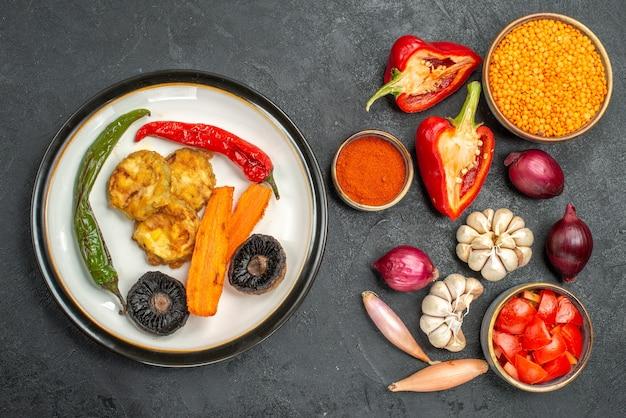 トップビュー野菜食欲をそそる料理レンズ豆トマトスパイスピーマンにんにく玉ねぎ
