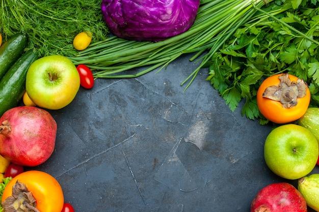 Вид сверху овощи и фрукты огурец укроп помидоры черри красная капуста гранат хурма яблоко свободное пространство