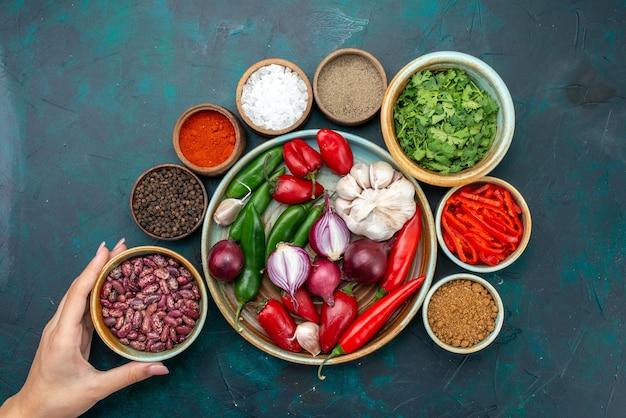 トップビュー野菜と調味料と豆唐辛子のダークテーブル野菜料理食事サラダ