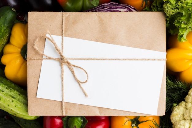空のカードと封筒のトップビュー野菜盛り合わせ