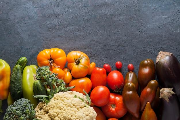 コピースペースと暗い背景に野菜の平面図です。収穫のコンセプト