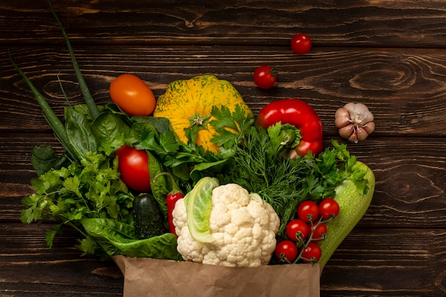 Вид сверху овощи на деревянных фоне