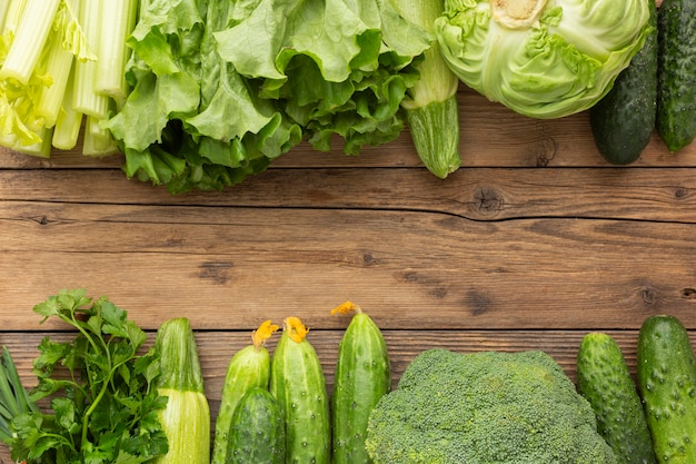 Вид сверху овощи на деревянном столе