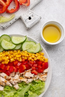 닭고기와 기름을 곁들인 상위 뷰 야채 샐러드
