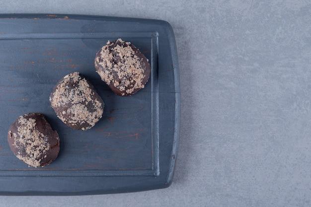 회색 표면 위에 신선한 초콜릿 쿠키의 상위 뷰보기
