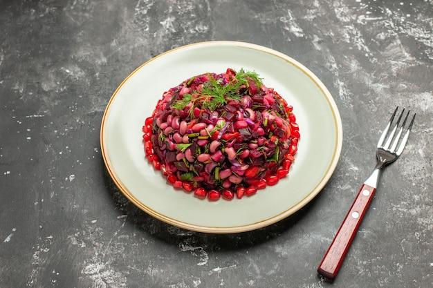 Vista dall'alto insalata di vinaigrette con fagioli e barbabietola sulla superficie scura