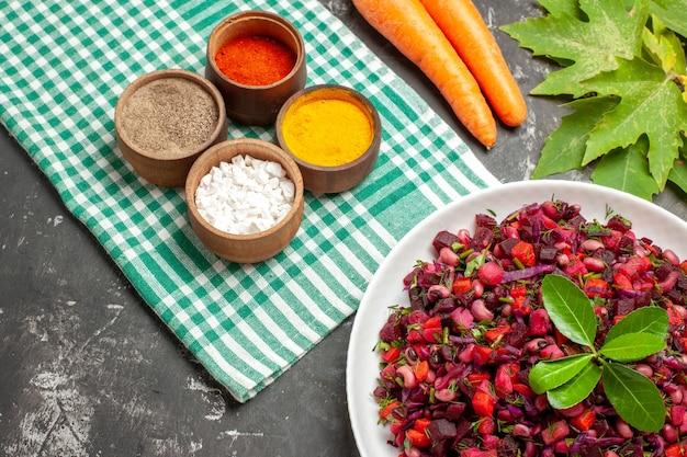 Vista dall'alto vinaigrette insalata con barbabietole e fagioli sulla superficie scura
