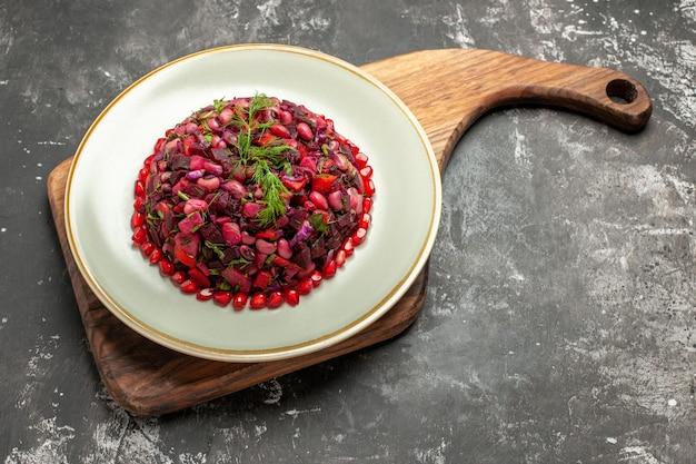 Vista dall'alto insalata di vinaigrette con barbabietole e fagioli sulla superficie scura