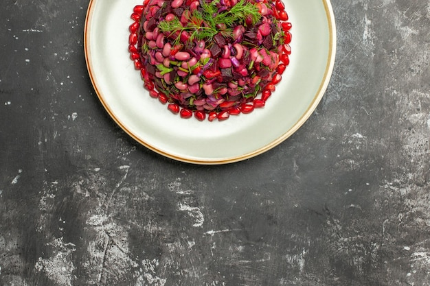 Vista dall'alto vinaigrette insalata con melograni e fagioli sulla superficie scura