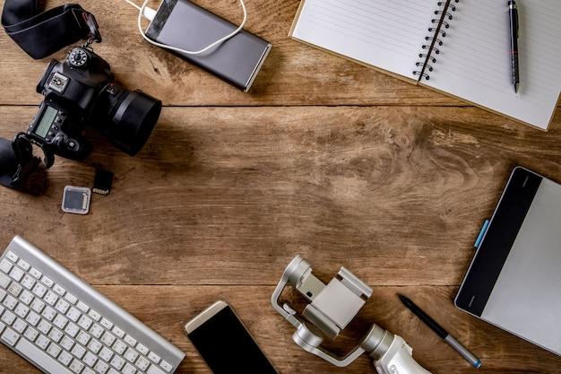 カメラ、キーボード、スマートフォンで構成されたトップビューのヴィンテージスタイルの写真家