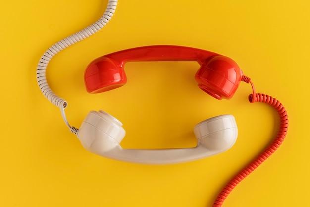 Vista dall'alto di ricevitori telefonici vintage con cavo