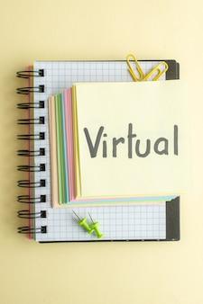 Вид сверху виртуальная письменная заметка с красочными бумажными заметками на светлом фоне блокнот бизнес работа ручка школа деньги работа тетрадь офис