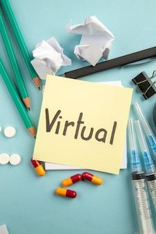 Vista dall'alto virtuale nota scritta con pillole iniezioni e matite su sfondo blu pandemia ospedale laboratorio virus pillola covid scienza colore salute