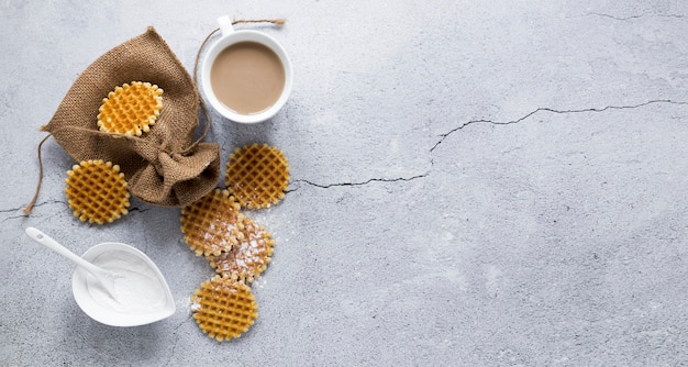 Vista dall'alto di cialde con caffè e copia spazio