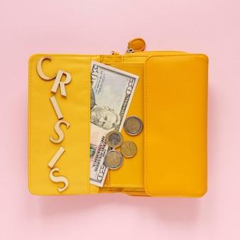 Вид сверху кошелек с деньгами
