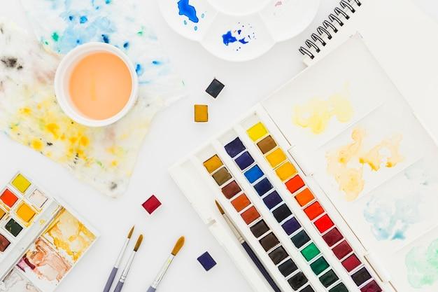 상위 뷰 수채화 및 페인트 브러시