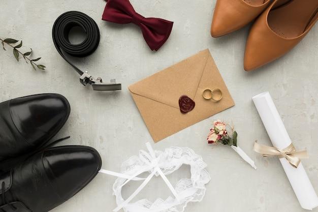 Вид сверху на свадебные аксессуары для жениха и невесты