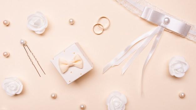 Вид сверху на свадебные аксессуары на столе