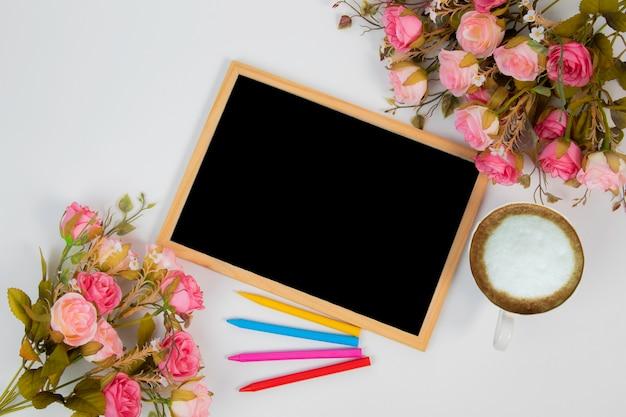トップビューの結婚式の背景の概念は、黒板フレームと花の装飾