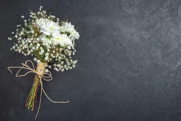 暗い背景の空きスペースに結婚式の花の上面図