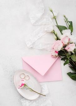 Вид сверху свадебное приглашение с цветами