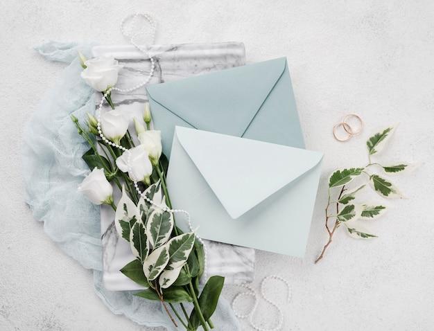 Вид сверху на свадебные приглашения на столе