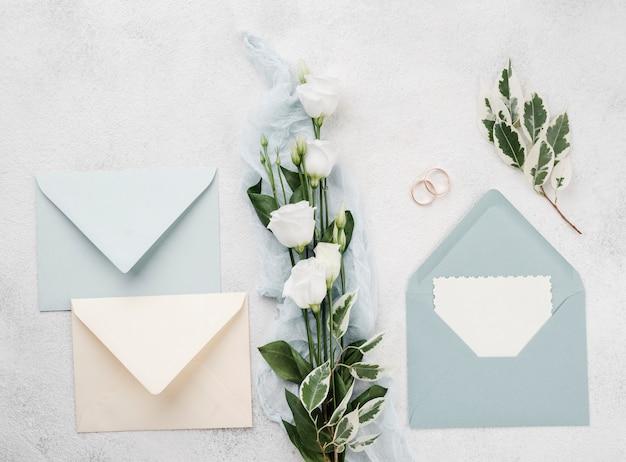 花を持つトップビュー結婚式招待状