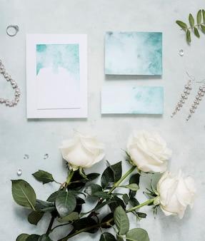 Вид сверху свадебного приглашения на столе