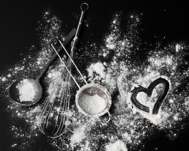テーブルの上の砂糖粉末と泡立て器のトップビュー