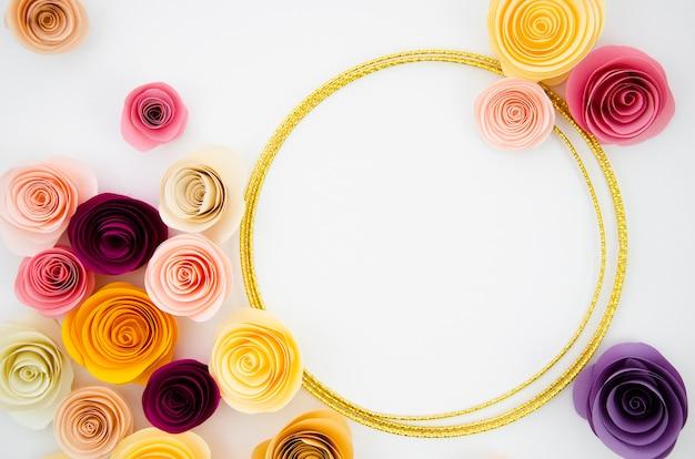 Вид сверху на белом фоне с рамкой из бумажных цветов
