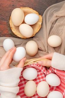 Vista dall'alto uova di gallina bianche sul tavolo scuro