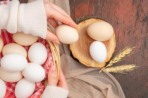 暗いテーブルの上の白い鶏の卵の上面図食事動物生農場朝食カラー食品写真