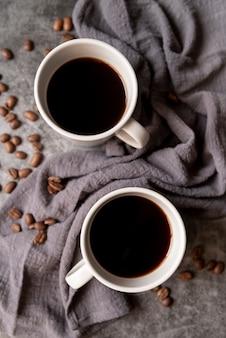 Вид сверху белые чашки с кофе