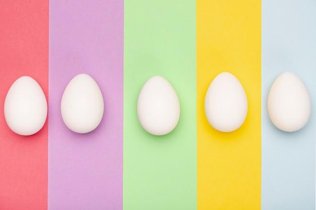 Вид сверху белые яйца на столе