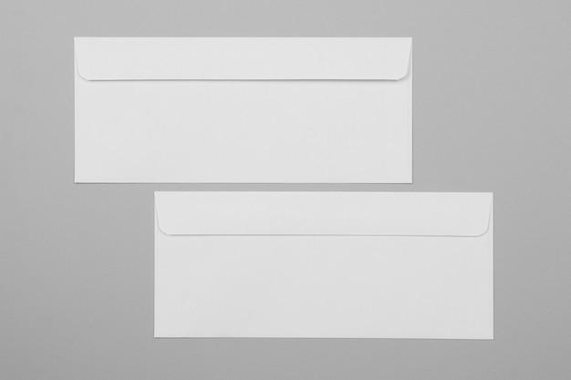 상위 뷰 흰색 봉투 배열